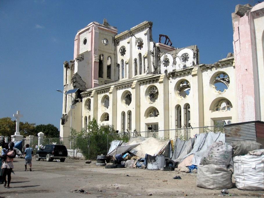 haiti port au prince au centre ville une glise en ruine s quelle du tremblement de terre. Black Bedroom Furniture Sets. Home Design Ideas
